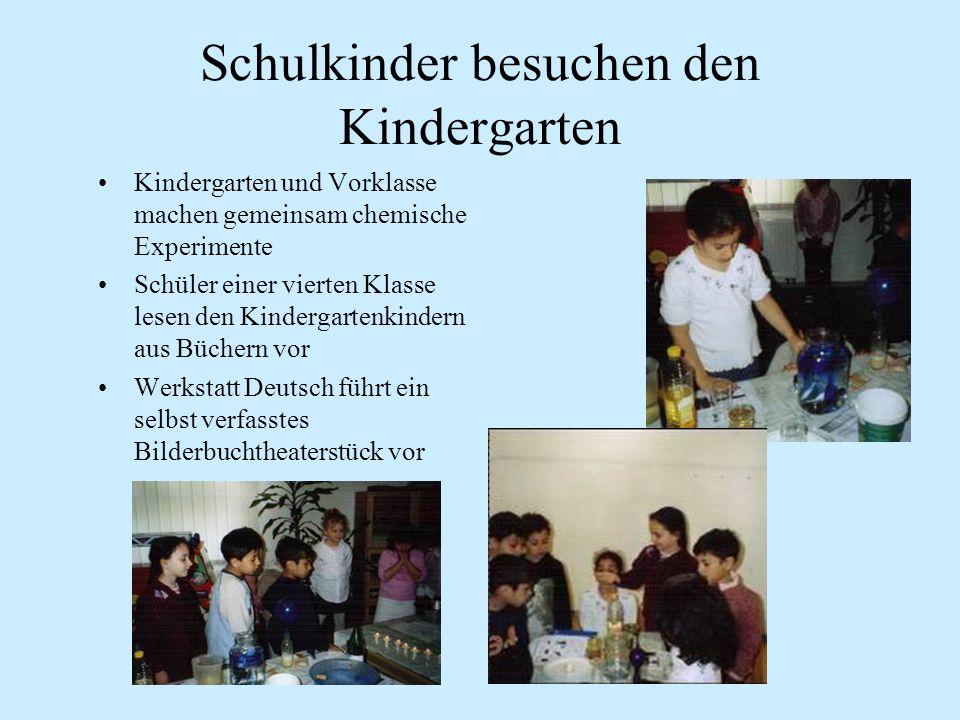 Schulkinder besuchen den Kindergarten