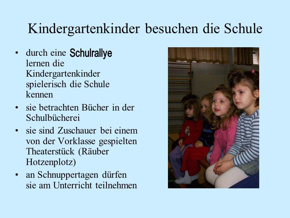 Kindergartenkinder besuchen die Schule