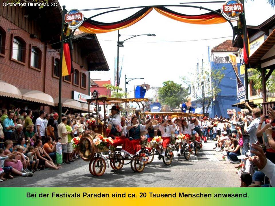 Bei der Festivals Paraden sind ca. 20 Tausend Menschen anwesend.