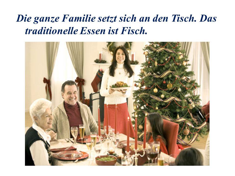 Die ganze Familie setzt sich an den Tisch