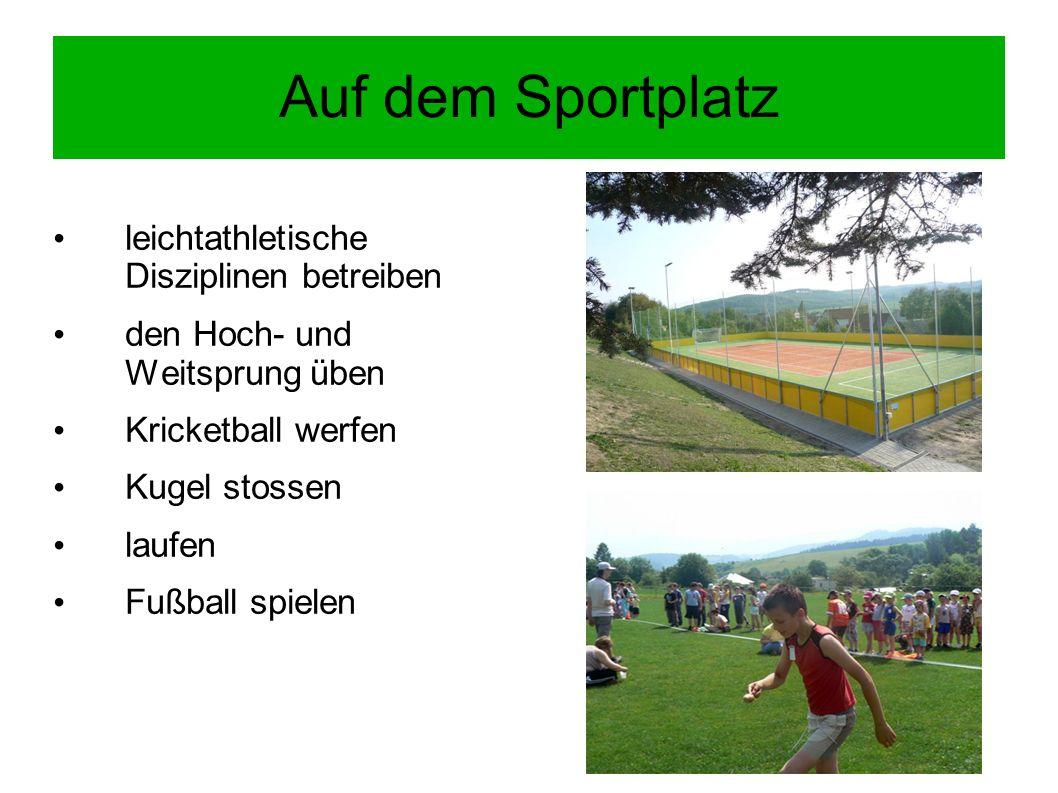 Auf dem Sportplatz leichtathletische Disziplinen betreiben