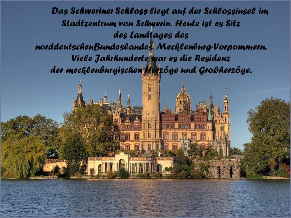 Das Schweriner Schloss liegt auf der Schlossinsel im Stadtzentrum von Schwerin.