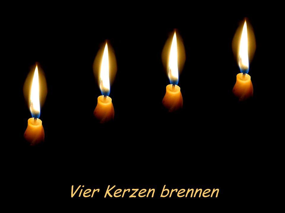 Vier Kerzen brennen