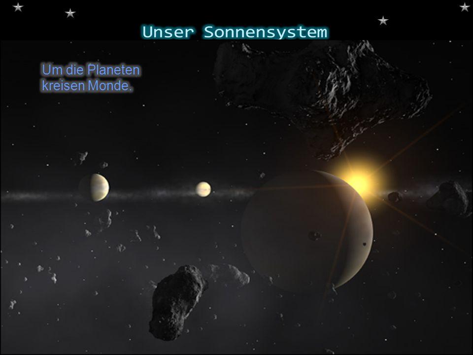 Um die Planeten kreisen Monde.