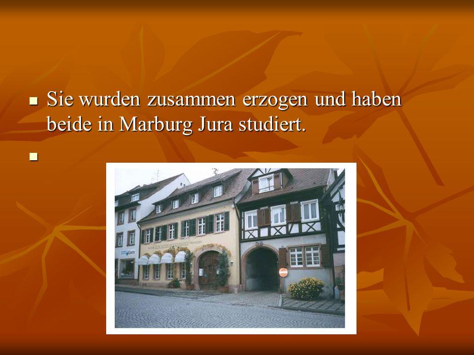 Sie wurden zusammen erzogen und haben beide in Marburg Jura studiert.