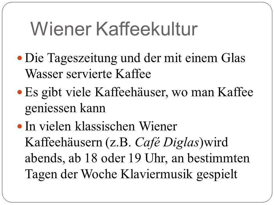 Wiener Kaffeekultur Die Tageszeitung und der mit einem Glas Wasser servierte Kaffee. Es gibt viele Kaffeehäuser, wo man Kaffee geniessen kann.