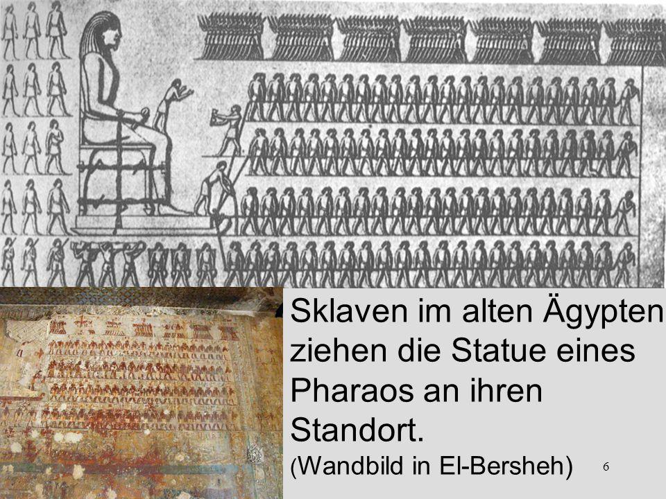 Sklaven im alten Ägypten ziehen die Statue eines