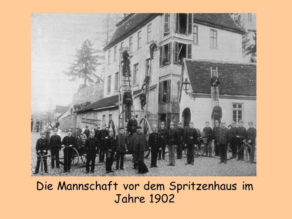 Die Mannschaft vor dem Spritzenhaus im Jahre 1902