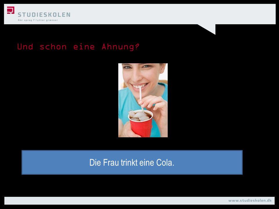 Die Frau trinkt eine Cola.
