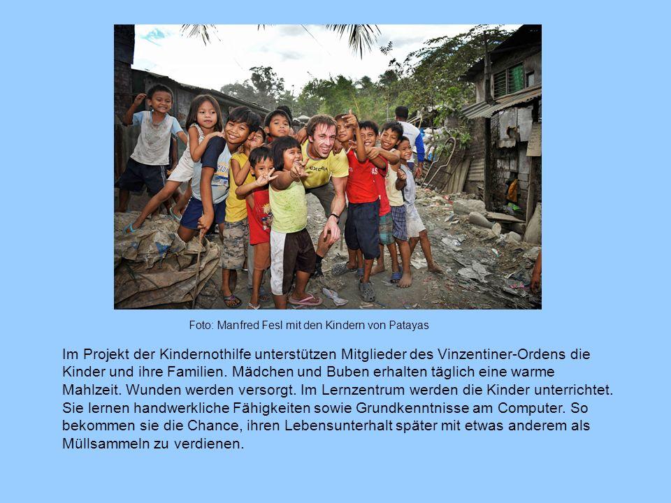 Foto: Manfred Fesl mit den Kindern von Patayas