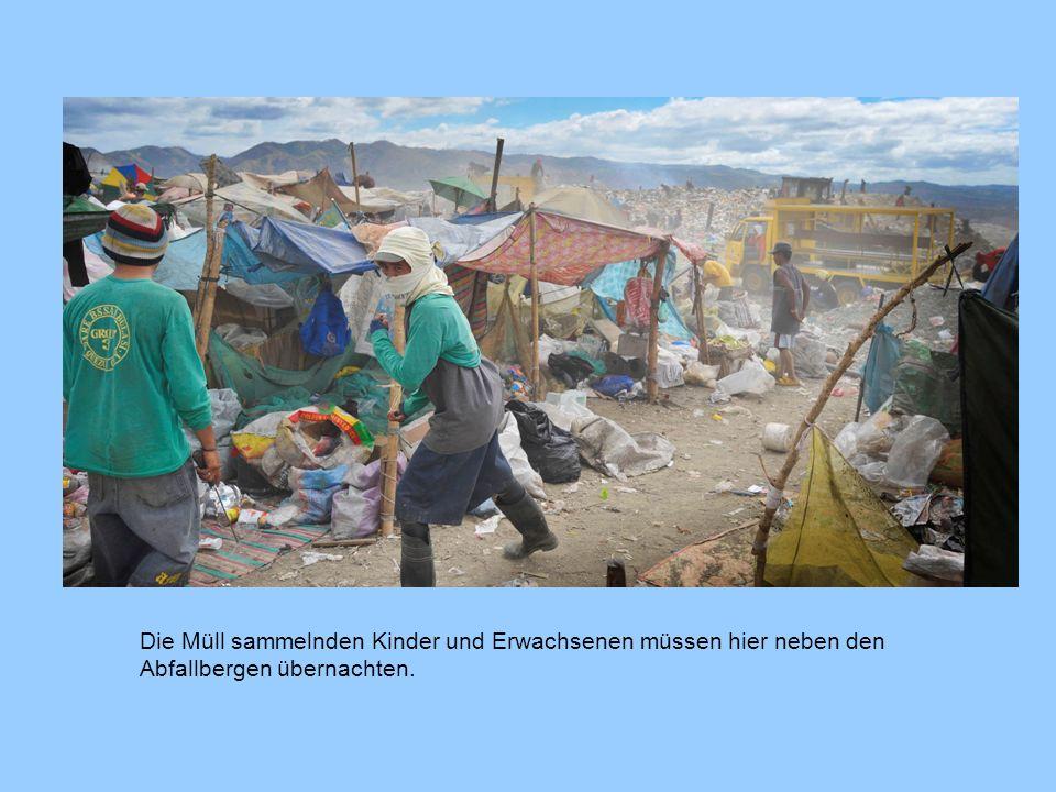 Die Müll sammelnden Kinder und Erwachsenen müssen hier neben den Abfallbergen übernachten.