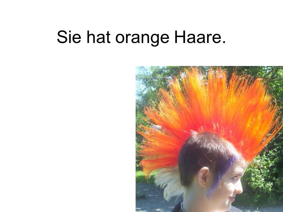 Sie hat orange Haare.