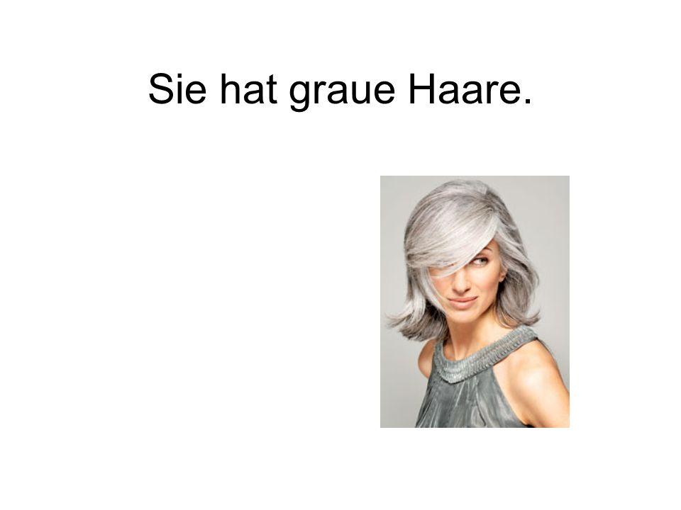 Sie hat graue Haare.