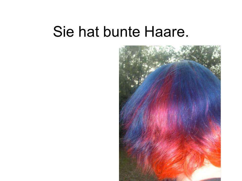 Sie hat bunte Haare.