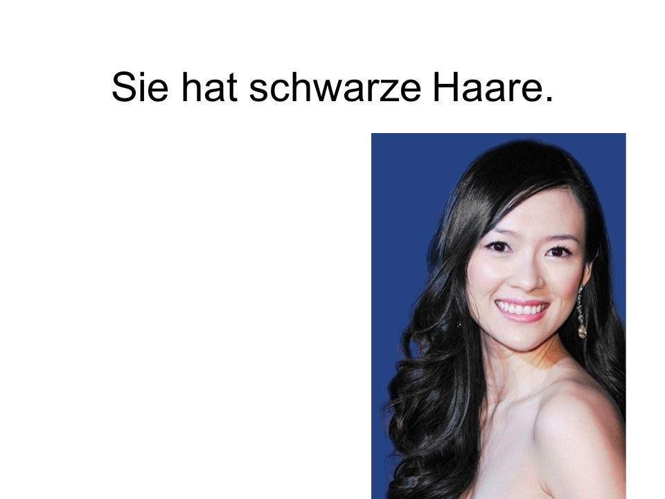Sie hat schwarze Haare.