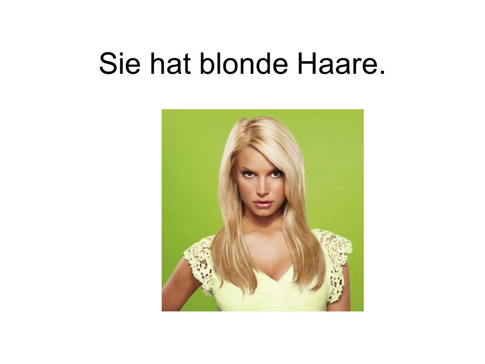 Sie hat blonde Haare.