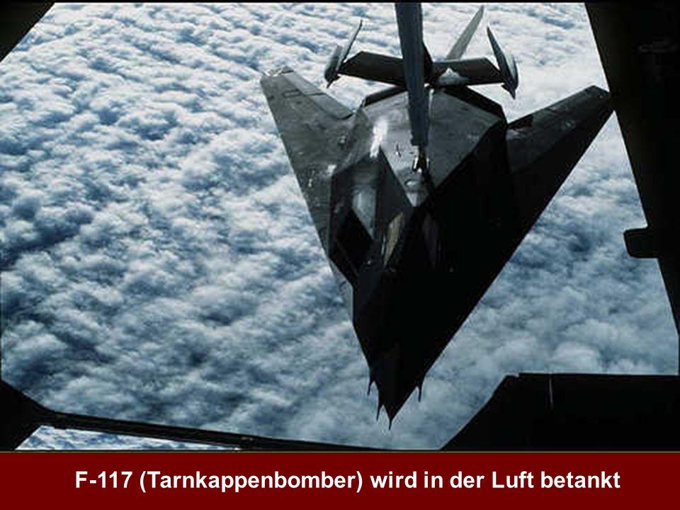 F-117 (Tarnkappenbomber) wird in der Luft betankt