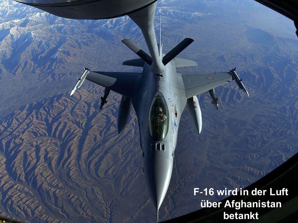 F-16 wird in der Luft über Afghanistan betankt