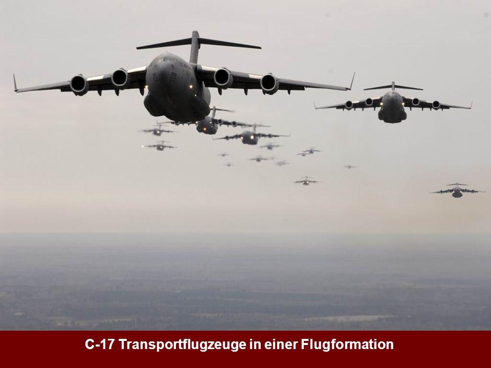 C-17 Transportflugzeuge in einer Flugformation