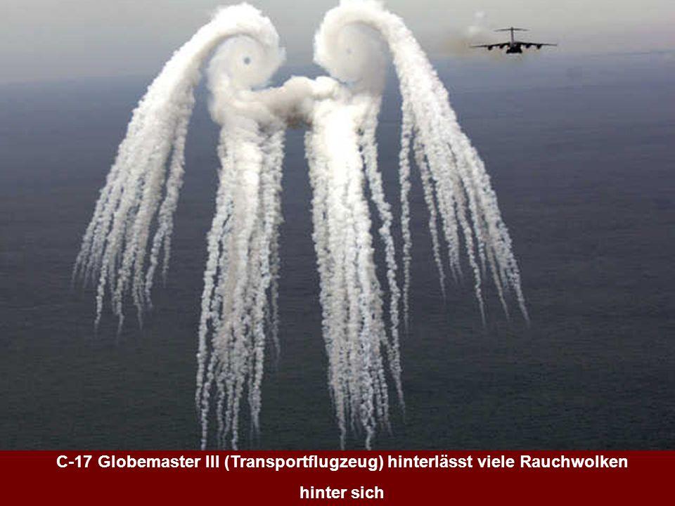 C-17 Globemaster III (Transportflugzeug) hinterlässt viele Rauchwolken