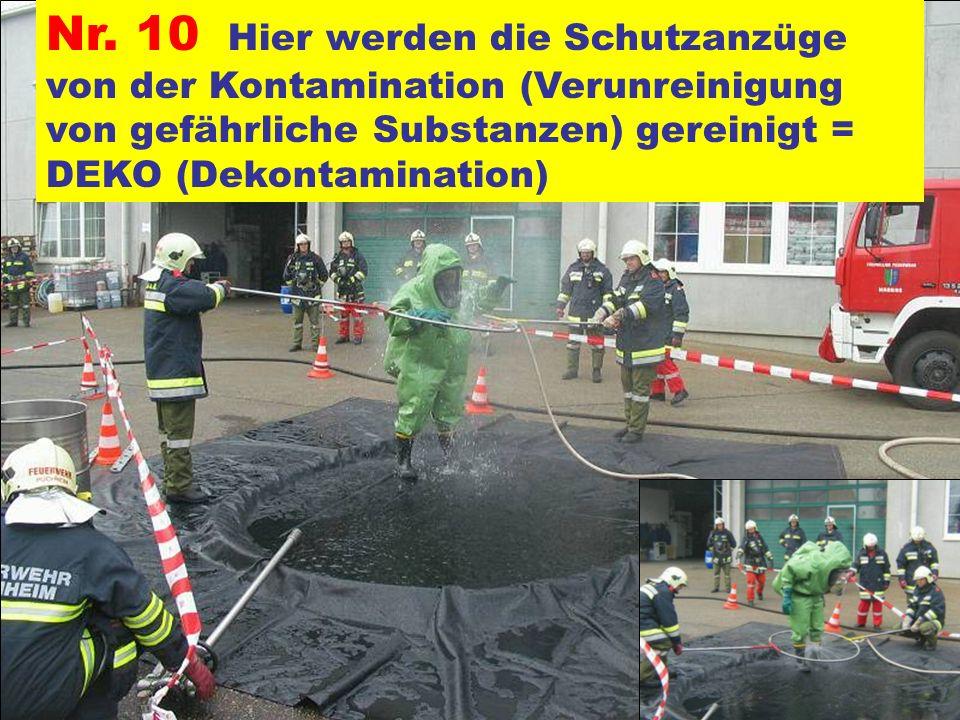 Nr. 10 Hier werden die Schutzanzüge von der Kontamination (Verunreinigung von gefährliche Substanzen) gereinigt = DEKO (Dekontamination)