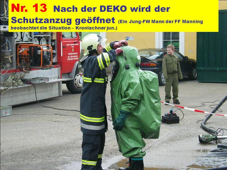 Nr. 13 Nach der DEKO wird der Schutzanzug geöffnet (Ein Jung-FW Mann der FF Manning beobachtet die Situation – Kronlachner jun.)