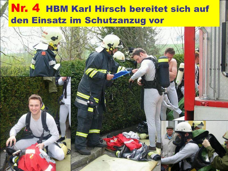 Nr. 4 HBM Karl Hirsch bereitet sich auf den Einsatz im Schutzanzug vor