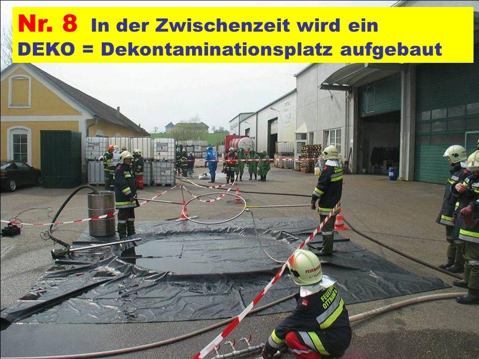 Nr. 8 In der Zwischenzeit wird ein DEKO = Dekontaminationsplatz aufgebaut