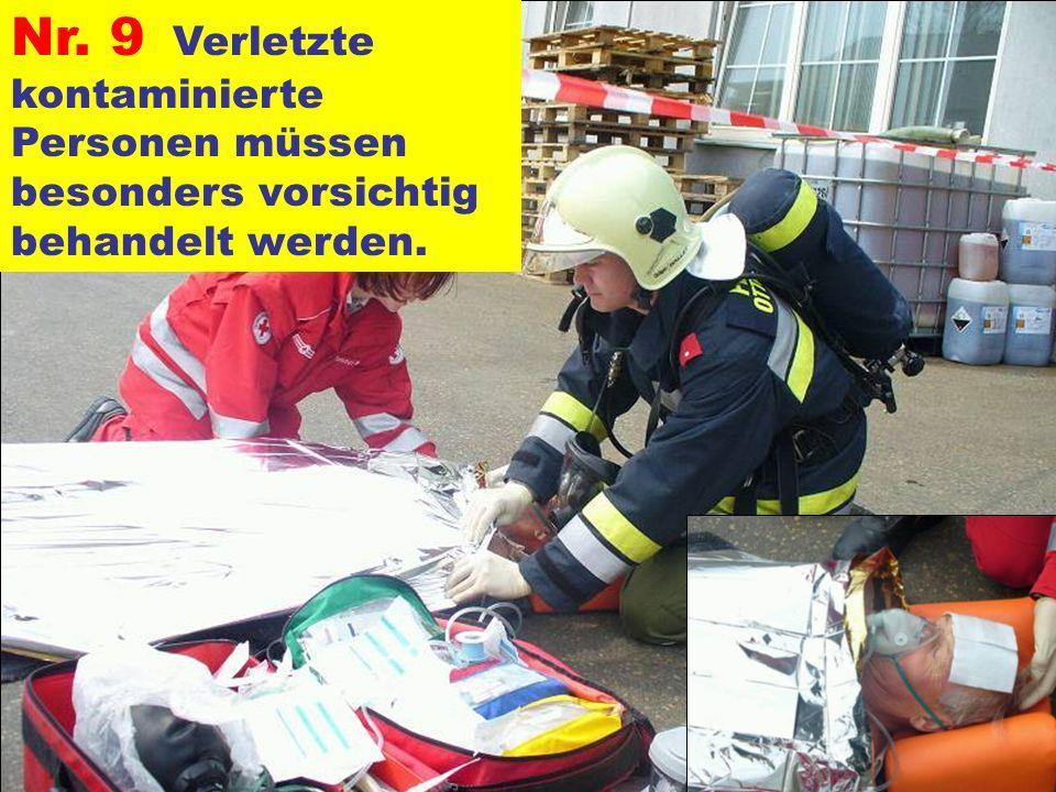 Nr. 9 Verletzte kontaminierte Personen müssen besonders vorsichtig behandelt werden.