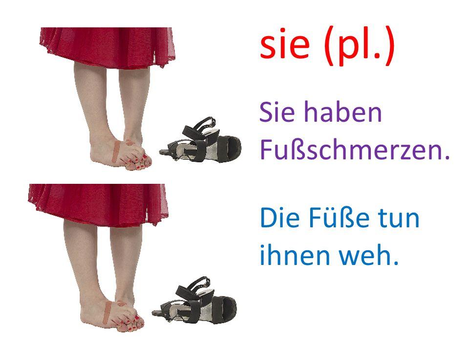 sie (pl.) Sie haben Fußschmerzen. Die Füße tun ihnen weh.