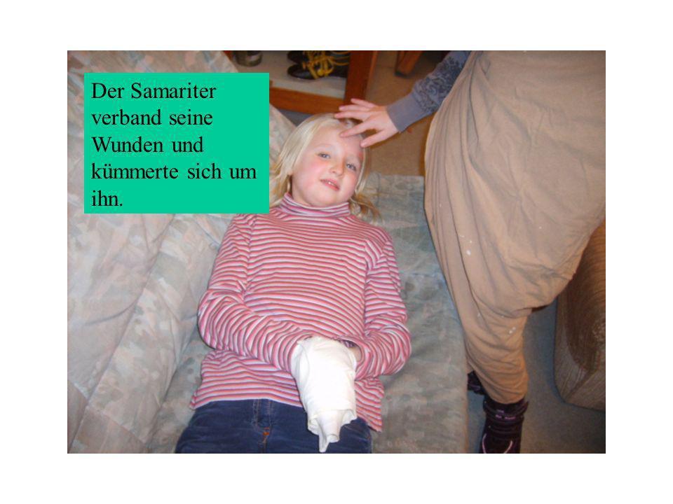 Der Samariter verband seine Wunden und kümmerte sich um ihn.
