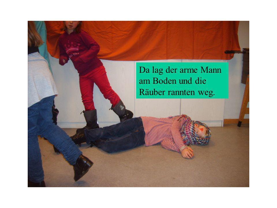 Da lag der arme Mann am Boden und die Räuber rannten weg.