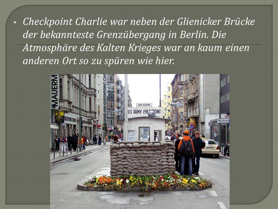 Checkpoint Charlie war neben der Glienicker Brücke der bekannteste Grenzübergang in Berlin.