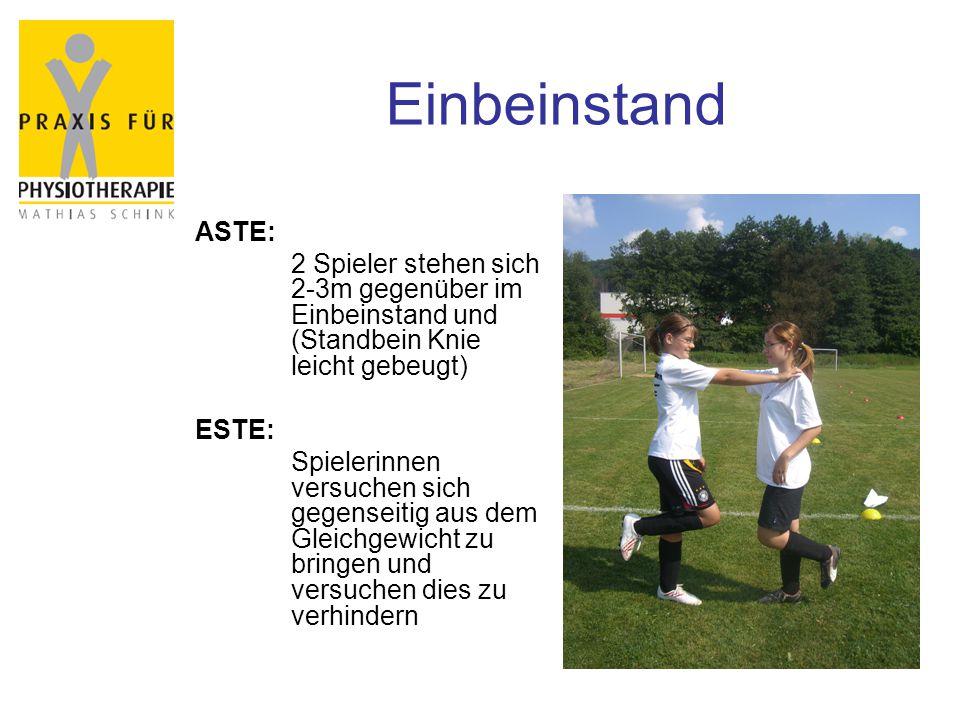 Einbeinstand ASTE: 2 Spieler stehen sich 2-3m gegenüber im Einbeinstand und (Standbein Knie leicht gebeugt)