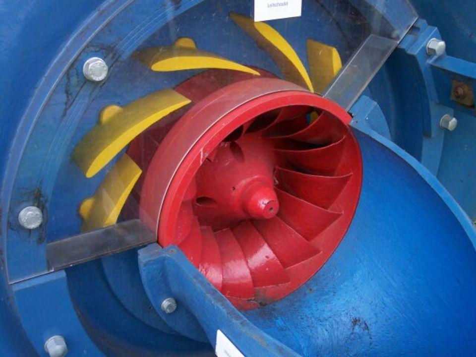 Auf diesem Bild sieht man die Leitschaufeln (gelb) einer Francis Turbine, die auf volle Leistung eingestellt ist. Hierbei sind diese komplett geöffnet, sodass sehr viel Wasser ungehindert in das Laufrad strömen kann.
