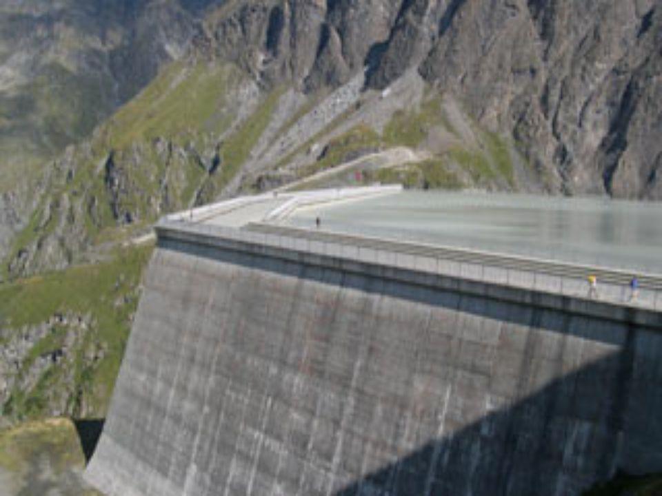 Hier sieht man, dass diese Gewichtsstaumauer etwas breiter als die Bogenstaumauern und somit um einiges schwerer ist.