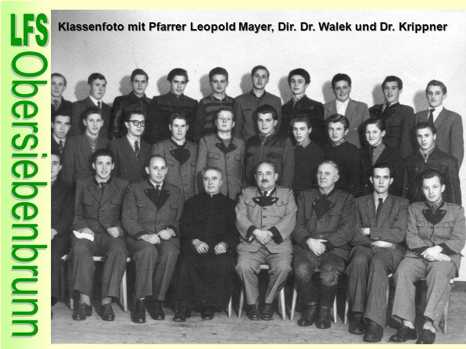 Klassenfoto mit Pfarrer Leopold Mayer, Dir. Dr. Walek und Dr. Krippner