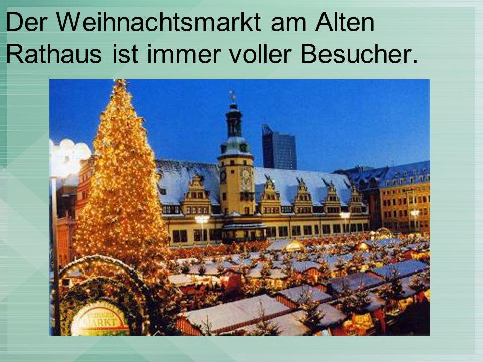 Der Weihnachtsmarkt am Alten Rathaus ist immer voller Besucher.