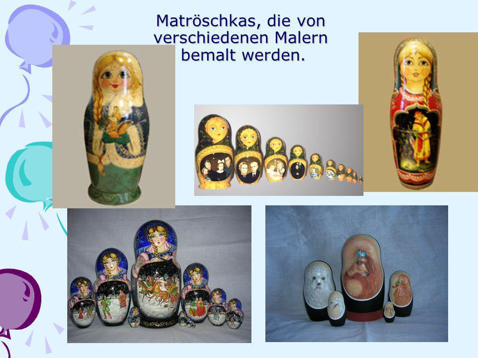 Matröschkas, die von verschiedenen Malern bemalt werden.