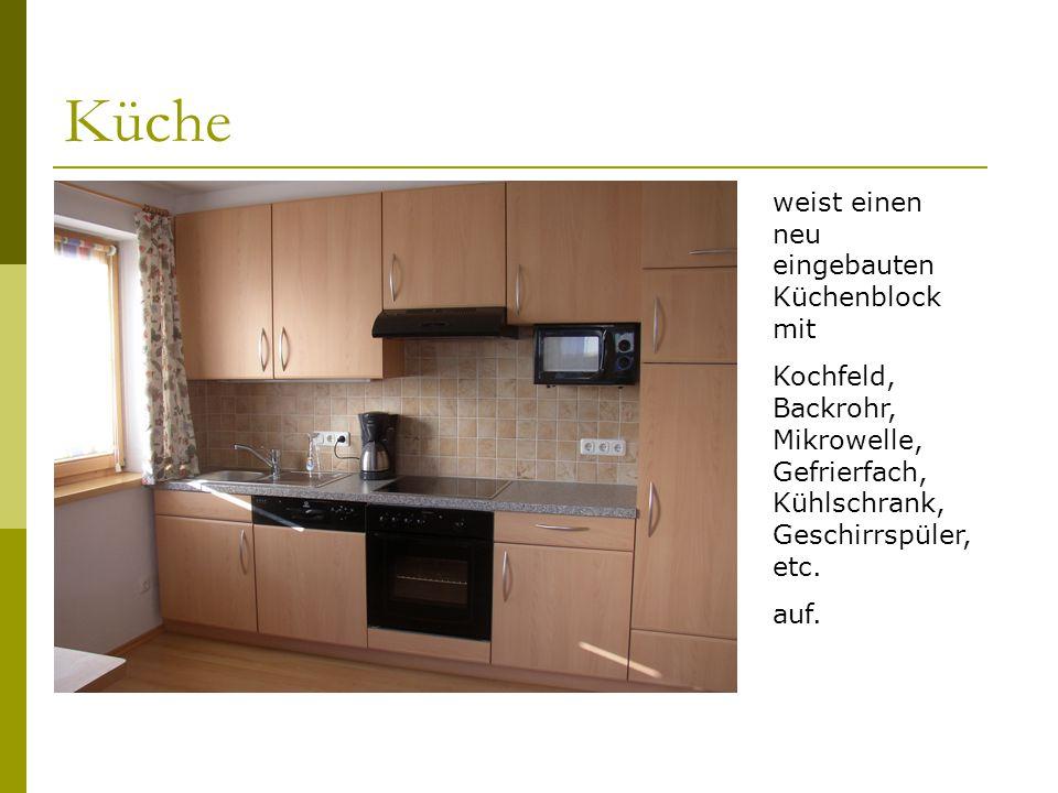 Küche weist einen neu eingebauten Küchenblock mit