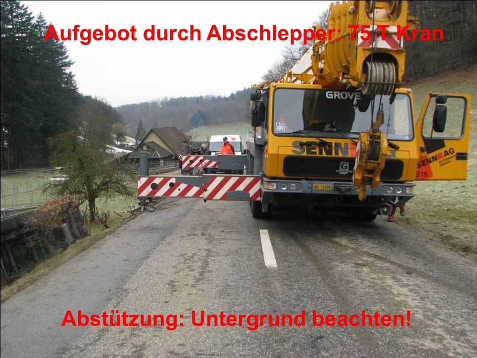 Aufgebot durch Abschlepper: 75 T Kran Abstützung: Untergrund beachten!