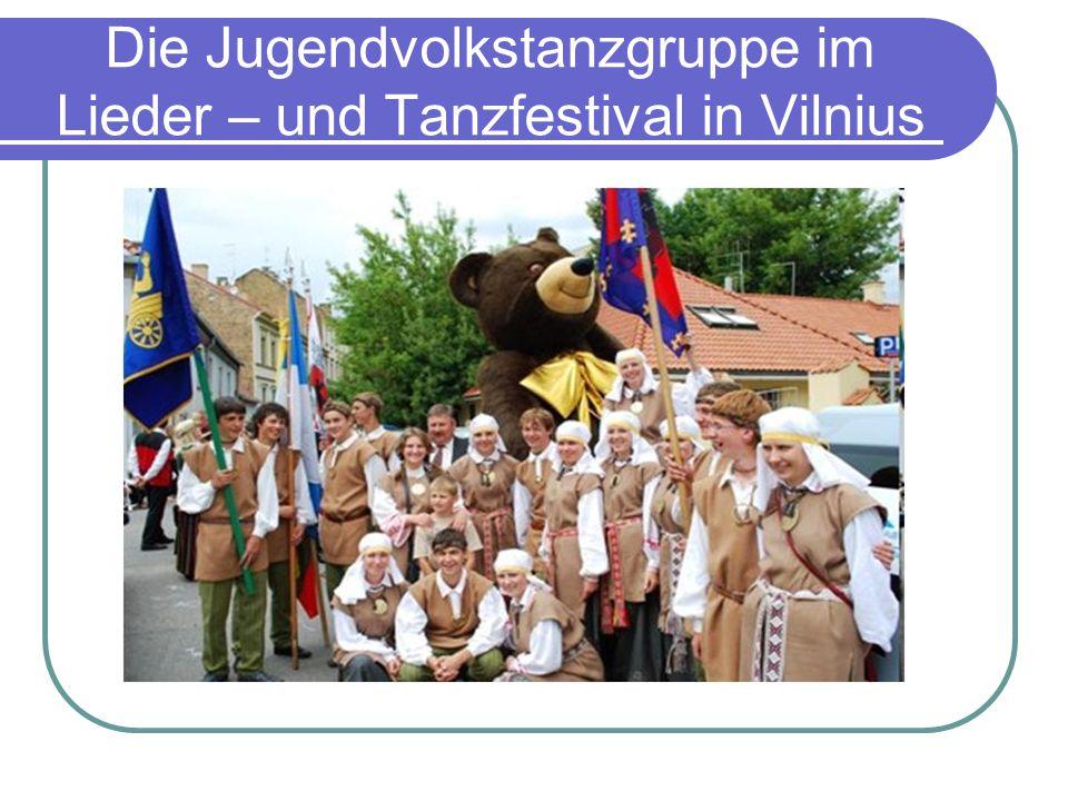 Die Jugendvolkstanzgruppe im Lieder – und Tanzfestival in Vilnius