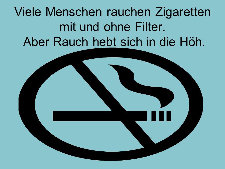 Viele Menschen rauchen Zigaretten mit und ohne Filter