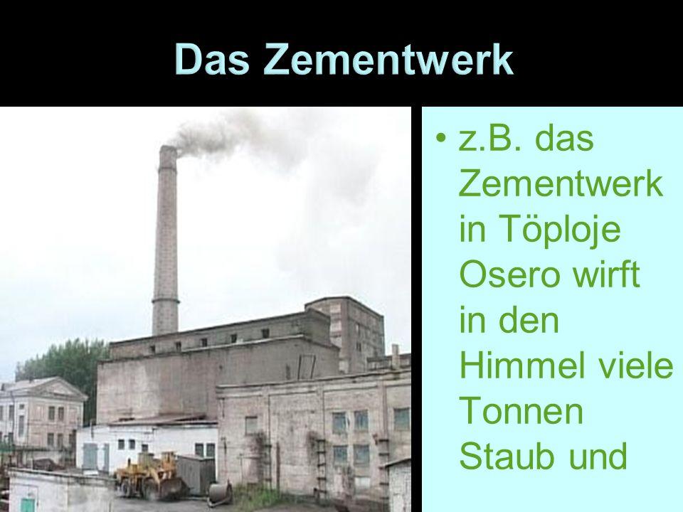 Das Zementwerk z.B. das Zementwerk in Töploje Osero wirft in den Himmel viele Tonnen Staub und