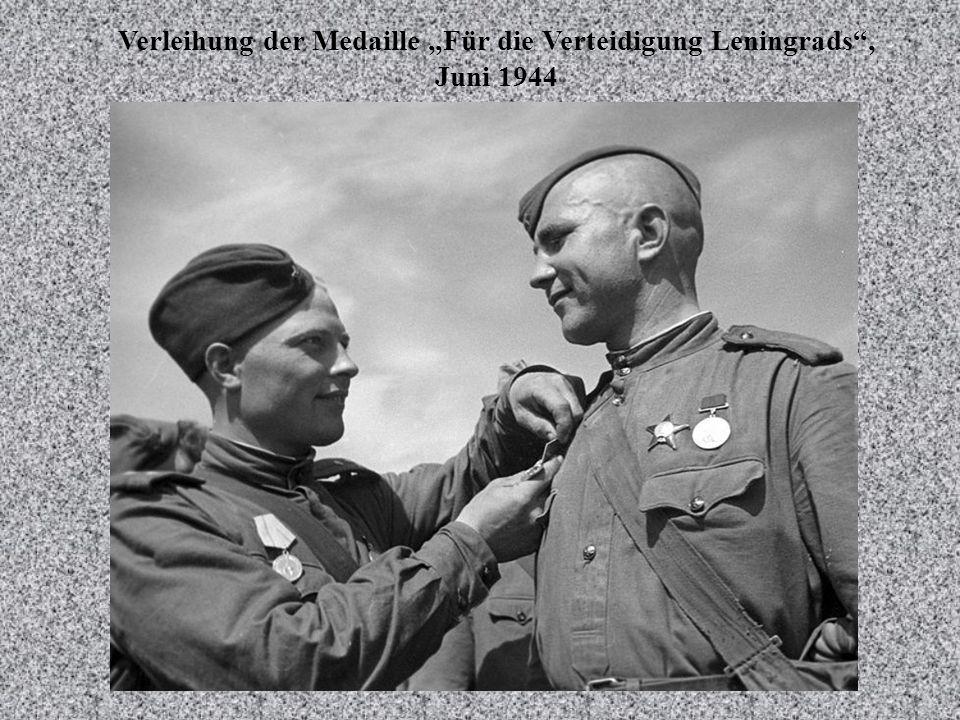 """Verleihung der Medaille """"Für die Verteidigung Leningrads , Juni 1944"""