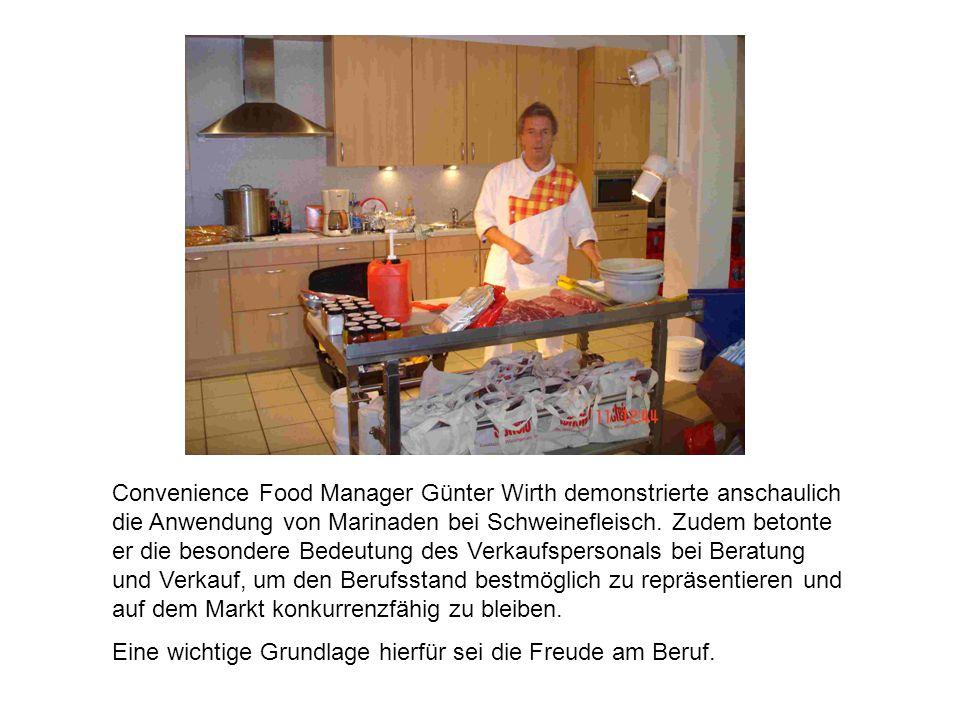 Convenience Food Manager Günter Wirth demonstrierte anschaulich die Anwendung von Marinaden bei Schweinefleisch. Zudem betonte er die besondere Bedeutung des Verkaufspersonals bei Beratung und Verkauf, um den Berufsstand bestmöglich zu repräsentieren und auf dem Markt konkurrenzfähig zu bleiben.