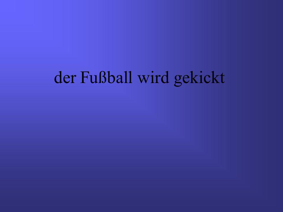 der Fußball wird gekickt
