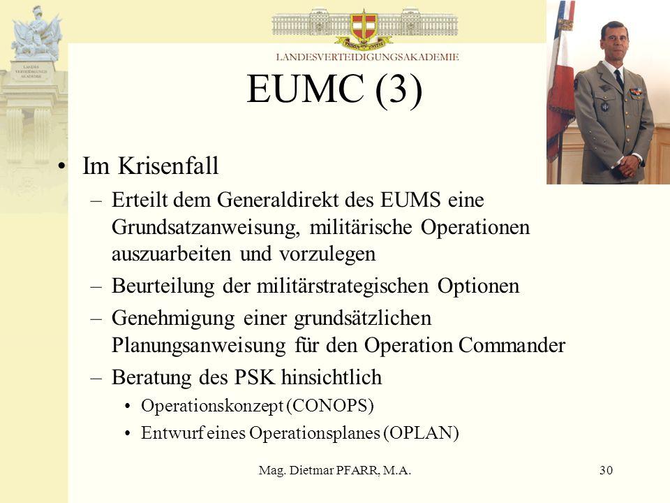 EUMC (3) Im Krisenfall. Erteilt dem Generaldirekt des EUMS eine Grundsatzanweisung, militärische Operationen auszuarbeiten und vorzulegen.