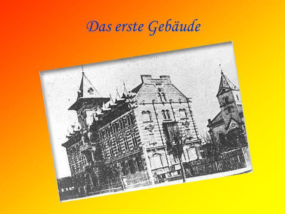 Das erste Gebäude