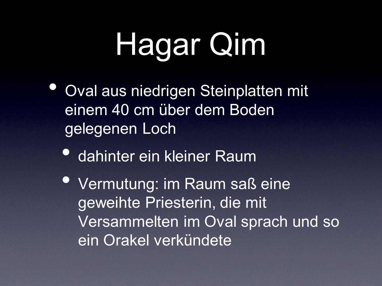 Hagar Qim Oval aus niedrigen Steinplatten mit einem 40 cm über dem Boden gelegenen Loch. dahinter ein kleiner Raum.